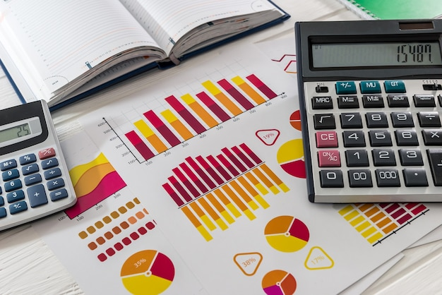 Grafico commerciale con calcolatrici sul tavolo in ufficio