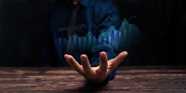 Crescita aziendale, progresso o concetto di successo. l'uomo d'affari o il commerciante sta mostrando uno stock di ologrammi virtuali in crescita, investe nell'illustrazione commerciale