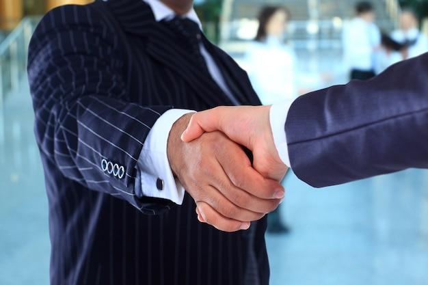 Stretta di mano d'affari e uomini d'affari