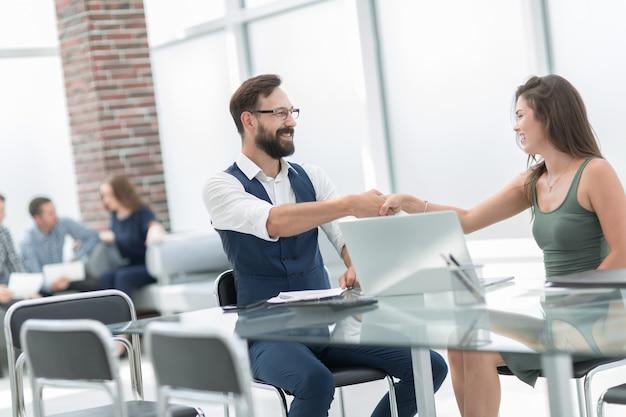 Stretta di mano d'affari di un uomo d'affari e di una donna d'affari .concetto di cooperazione
