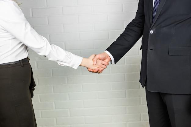 Stretta di mano di affari. ufficio di and businesswoman shaking hands in dell'uomo d'affari