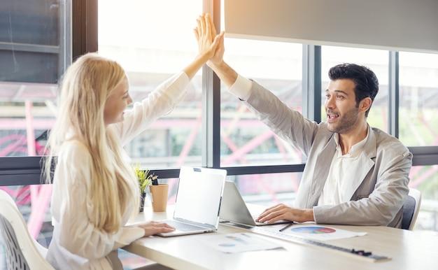 Stretta di mano d'affari in ufficio, team di affari internazionali che mostra unità con le mani insieme