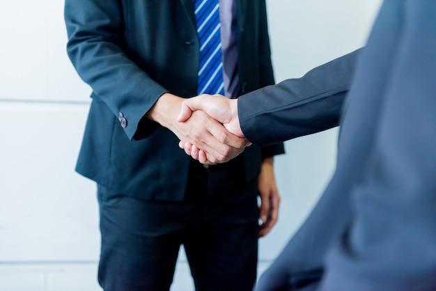 Stretta di mano d'affari e lavoro di squadra per il successo e l'obiettivo