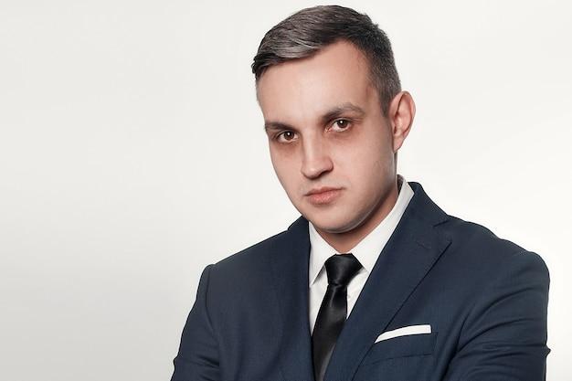 Concetto di affari, salute, persone e stile di vita - ritratto di un bell'uomo in abito blu nero. occhiaie sotto gli occhi degli uomini. ritratto di uomo d'affari concentrato o depresso.