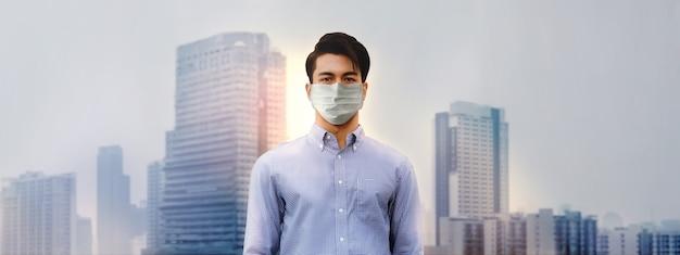 Impatto sul business dal concetto di coronavirus ritratto di un uomo asiatico stressato che indossa una maschera medica