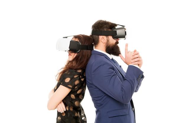 Le aziende implementano la tecnologia moderna. i colleghi di coppia indossano hmd esplorano la realtà virtuale. i partner commerciali interagiscono nella realtà virtuale. nuova opportunità. software moderno per le aziende. basta immaginare.