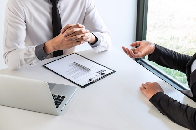 Il colloquio di lavoro considera e facendo domande ai candidati riprendi la conversazione durante il profilo