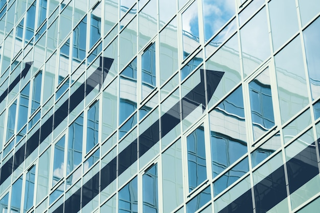 Concetto di crescita degli investimenti aziendali con frecce astratte sulla costruzione