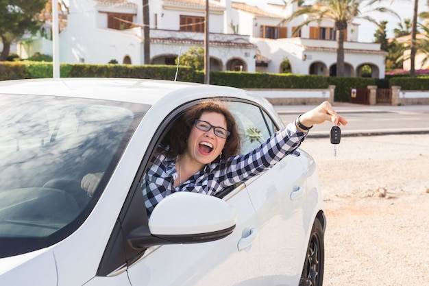 Gli affari sono felici di avere un'auto nuova e molto felici.