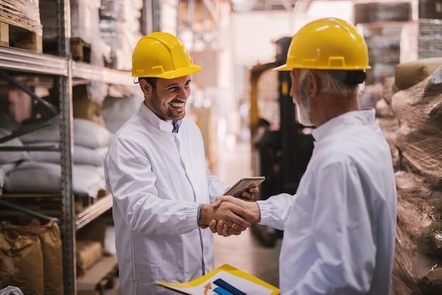 Gli affari sono fatti. partner commerciali si stringono la mano.