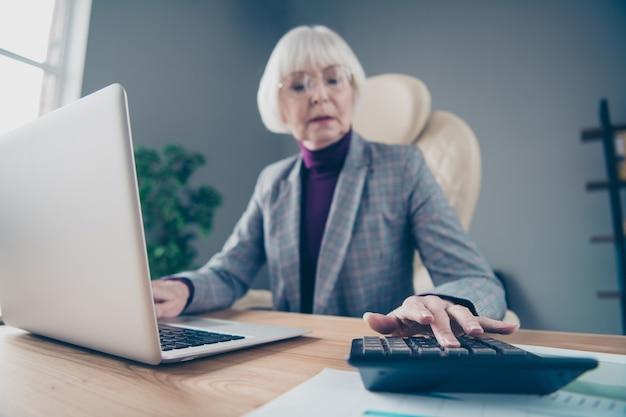 Donna d'affari alla scrivania che lavora sul suo laptop