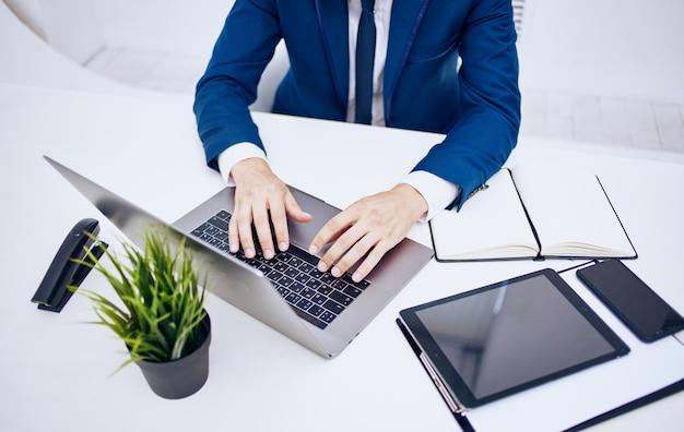 Business laptop blocco note documenti cancelleria ufficio vista dall'alto