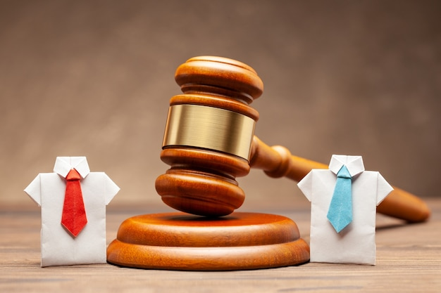 Affari e diritto. separazione di società e denaro della società in tribunale. prendere in prestito denaro dalla società. violazione del contratto.