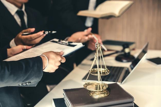 Team di avvocati d'affari. lavorando insieme all'avvocato all'incontro.
