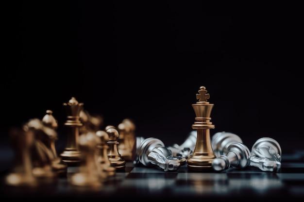 Concetto di azienda leader. pianificazione e competizione di strategia del gioco di scacchiera