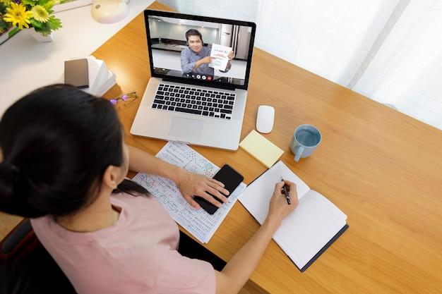 Videochiamata aziendale a lunga distanza, rapporto finanziario di analisi dell'uomo d'affari e della donna d'affari utilizzando l'applicazione di videoconferenza per la comunicazione virtuale