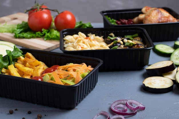 Pranzo di lavoro in scatole di cibo