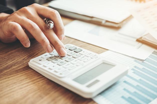 Uomo d'affari contabilità calcolo costo investimento economico economico e risparmio