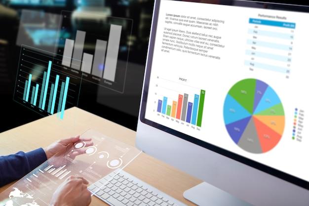 Uomo d'affari o analista di fronte a un computer desktop in possesso di un moderno schermo trasparente per tablet che esamina le prestazioni aziendali e un ritorno sull'investimento, roi e analisi del rischio di investimento