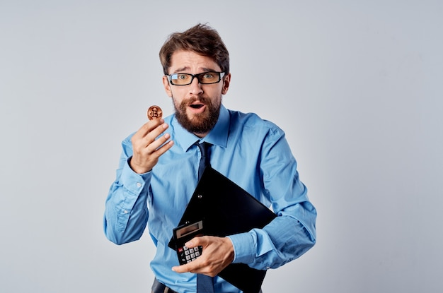 Uomo d'affari in camicia blu investimento finanziario in criptovaluta