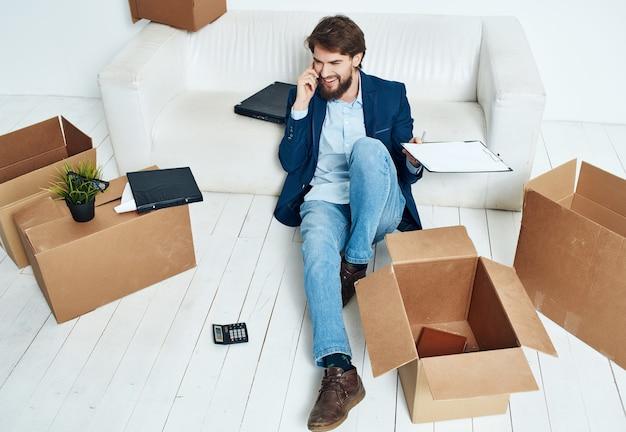 Scatole da uomo d'affari con cose che si spostano in un nuovo luogo di lavoro disimballaggio