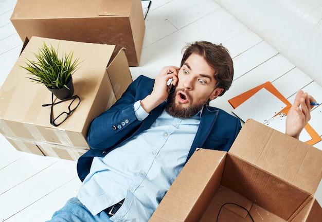 Scatole da uomo d'affari con cose in movimento ufficio di lavoro