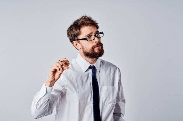 Uomo d'affari criptovaluta bitcoin finanza economia investimento