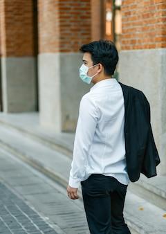 Uomo d'affari in difficoltà per la perdita di posti di lavoro a causa della pandemia del virus covid-19