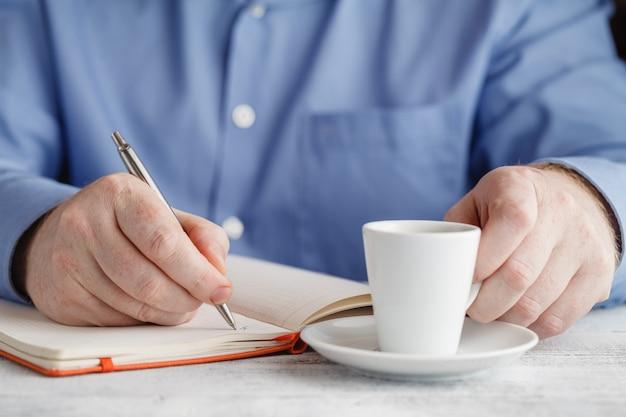 Uomo d'affari, bere il caffè