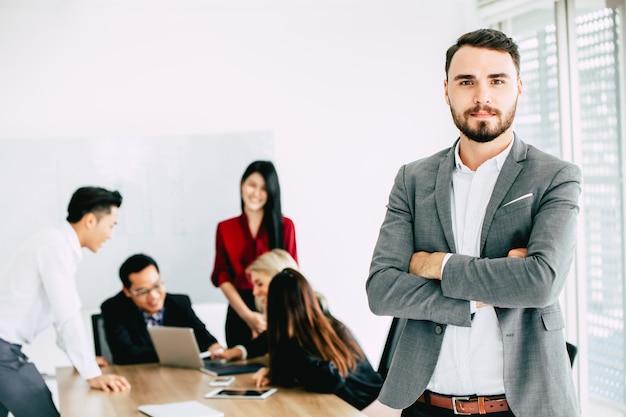 Esecutivo dell'uomo di affari mano qualche imprenditore con riunione di lavoro di squadra in ufficio