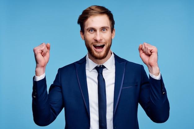 Fondo blu di stile di vita di successo esecutivo dell'uomo d'affari