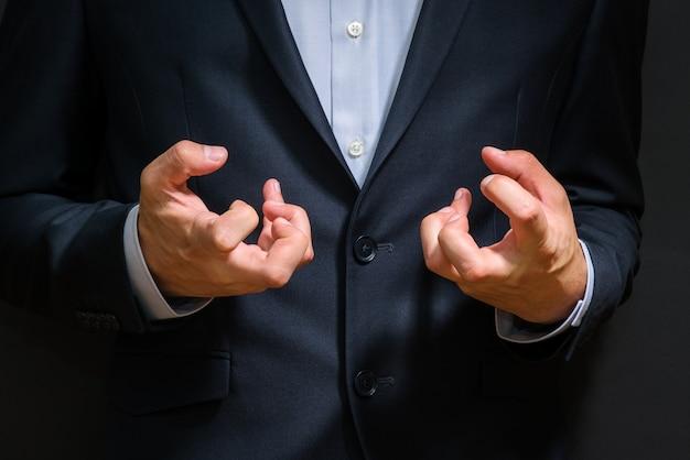 Pugni dell'uomo di affari serrati in rabbia - emozioni fastidiose al lavoro