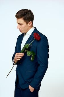 Uomo d'affari in una storia d'amore vestito di fiori