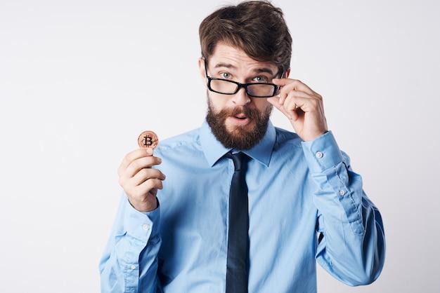Uomo d'affari moneta d'oro criptovaluta finanziaria. foto di alta qualità