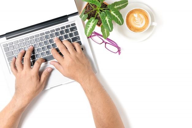 Business man mano digitando laptop con caffè e occhiali isolati su sfondo bianco, vista dall'alto e copia spazio