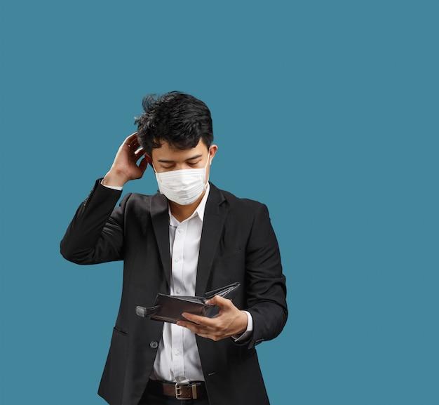 Uomo d'affari che ha problemi finanziari dopo la pandemia di covid-19