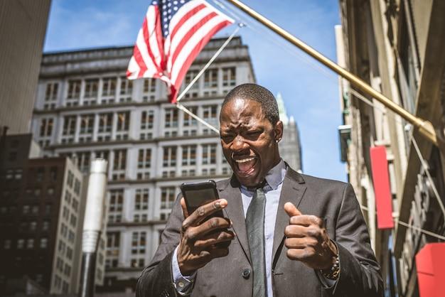 Uomo di affari che ha una telefonata Foto Premium