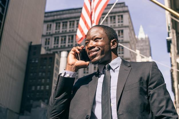 Uomo di affari che ha una telefonata