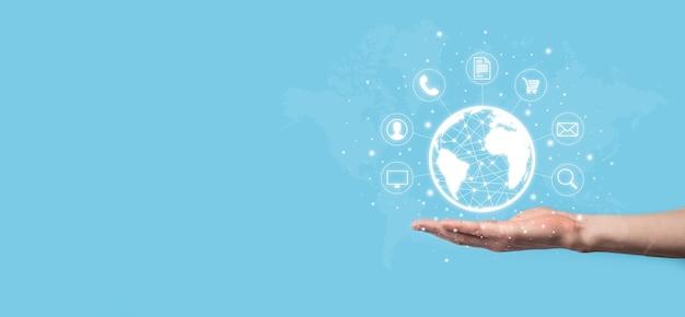 Uomo d'affari hiold, usa, premi l'icona infografica della tecnologia della comunità digitale. concetto di alta tecnologia e big data. connessione globale.iot internet of things . rete di comunicazione dell'informazione ict.