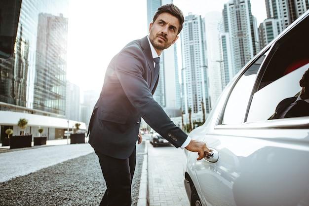 Uomo d'affari nella sua limousine