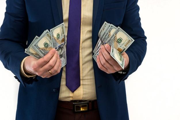 L'uomo d'affari tiene e conta i soldi