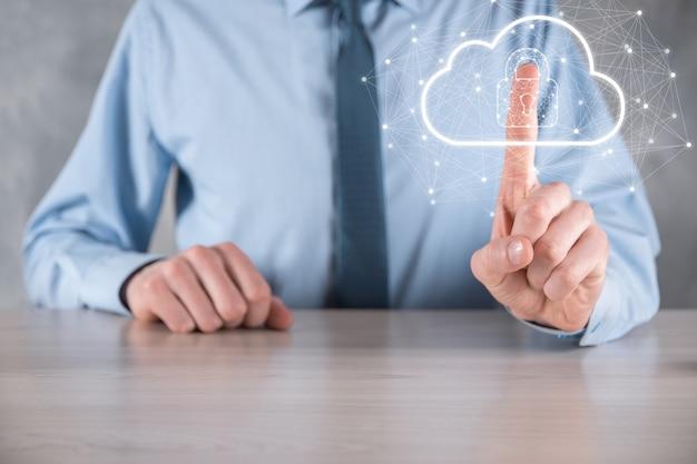 Tenuta dell'uomo d'affari, in possesso di dati di cloud computing e sicurezza su rete globale, lucchetto e icona cloud. tecnologia di business.cybersecurity e informazioni o protezione della rete.progetto internet