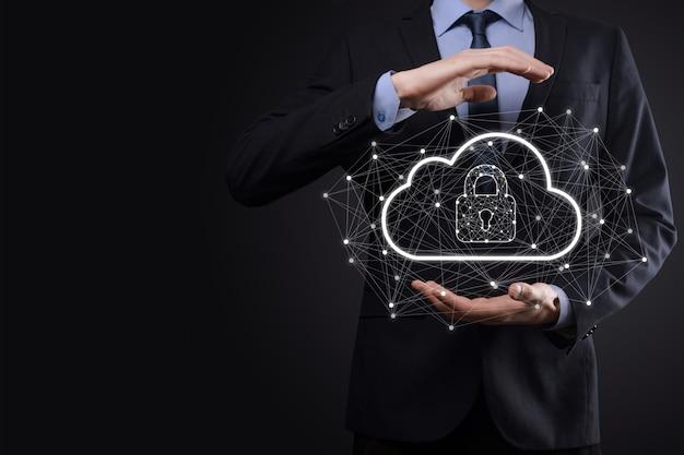 Uomo d'affari in attesa, in possesso di dati di cloud computing e sicurezza su rete globale, lucchetto e icona cloud. tecnologia di business.cybersecurity e informazioni o protezione della rete.progetto internet