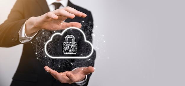 Tenuta dell'uomo d'affari, tenuta dei dati di cloud computing e sicurezza su rete globale, lucchetto e icona cloud. tecnologia di business.cybersecurity e informazioni o protezione della rete.progetto internet