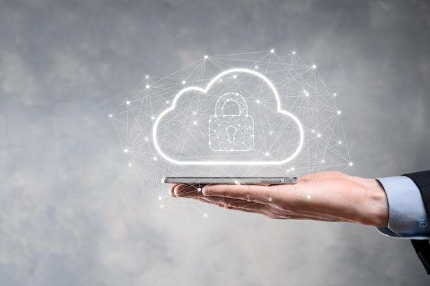 Tenuta dell'uomo d'affari, tenuta dei dati di cloud computing e sicurezza su rete globale, lucchetto e icona cloud. tecnologia di business.cybersecurity e informazioni o progetto di rete protection.internet.