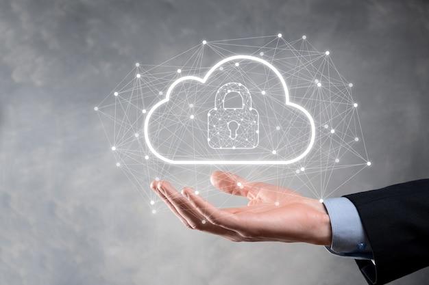 Tenuta dell'uomo d'affari, tenuta dei dati di cloud computing e sicurezza su rete globale, lucchetto e icona cloud tecnologia di business.cybersecurity e informazioni o protezione della rete.progetto internet