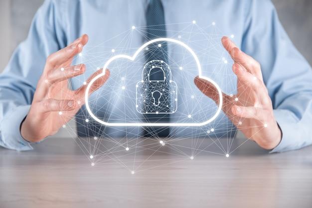 Tenuta dell'uomo d'affari, tenuta dei dati di cloud computing e sicurezza su rete globale, lucchetto e icona cloud tecnologia di business.cybersecurity e informazioni o progetto di rete protection.internet.