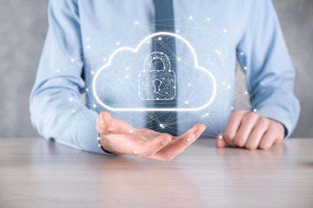 Tenuta dell'uomo d'affari, in possesso di dati di cloud computing e sicurezza su rete globale, lucchetto e icona cloud. tecnologia di business.cybersecurity e informazioni o progetto di rete protection.internet.