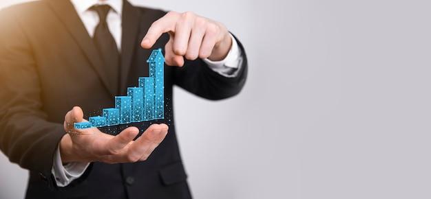 L'uomo d'affari che tiene i grafici 3d a bassa poligonale e le statistiche del mercato azionario guadagnano profitti. concetto di pianificazione della crescita,strategia aziendale.concetto di crescita economica.strategia aziendale. marketing digitale.