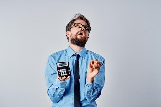 Blockchain di finanza di denaro elettronico della holding della calcolatrice dell'uomo d'affari